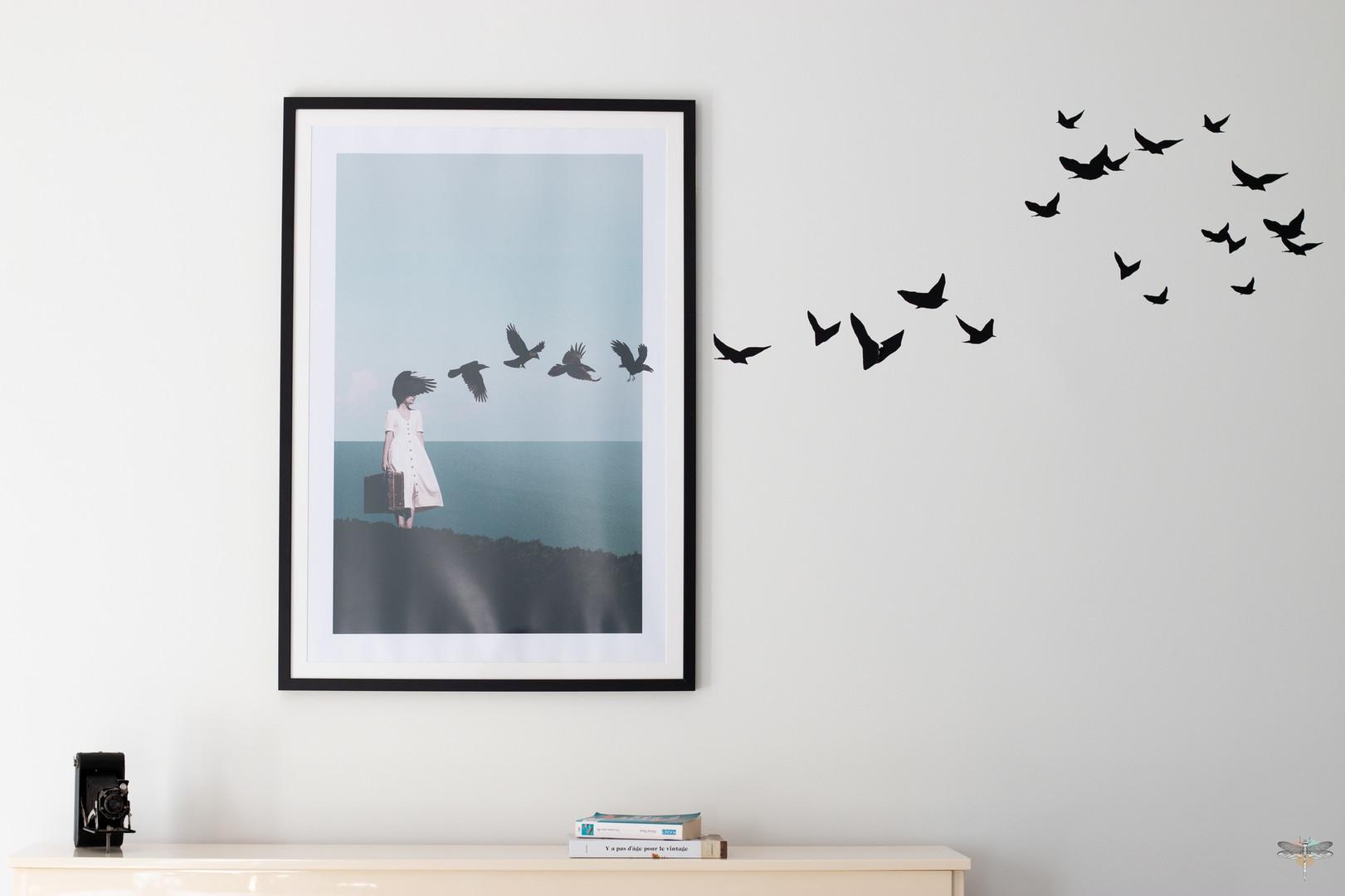 Décoration d'une pièce de vie chic et poétique à Compiègne par Carnets Libellule. Coralie Vasseur est votre Décoratrice d'intérieur UFDI dans l'Oise : Détail sur le tableau aux oiseaux qui sortent du cadre, avec sticker de Mel et Kio, Poetic Wall