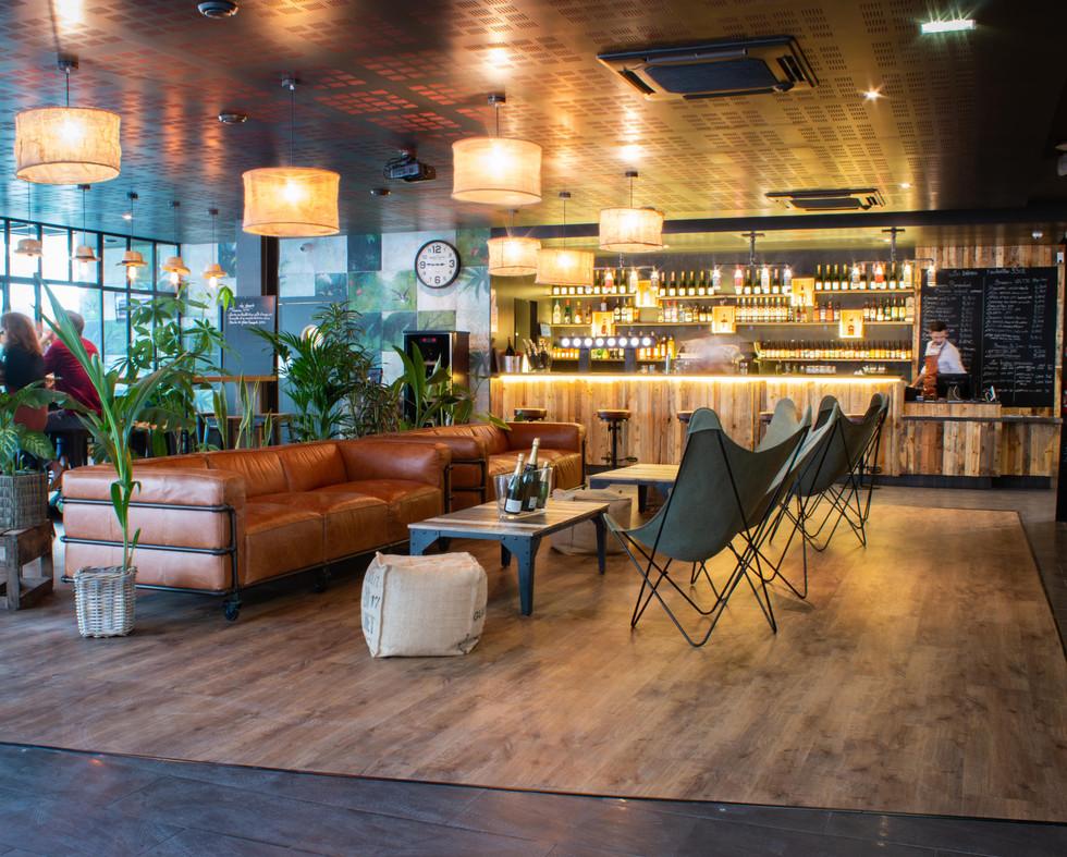 Décoration du bar restaurant EAP's Café à Compiegne par Coralie Vasseur, décoratrice d'intérieur pour particuliers et professionnels au sein de l'agence de décoration Carnets Libellule, implantée dans l'Oise et intervenant à Paris, Chantilly, Senlis, Lille, Lyon, Annecy, Bordeaux.
