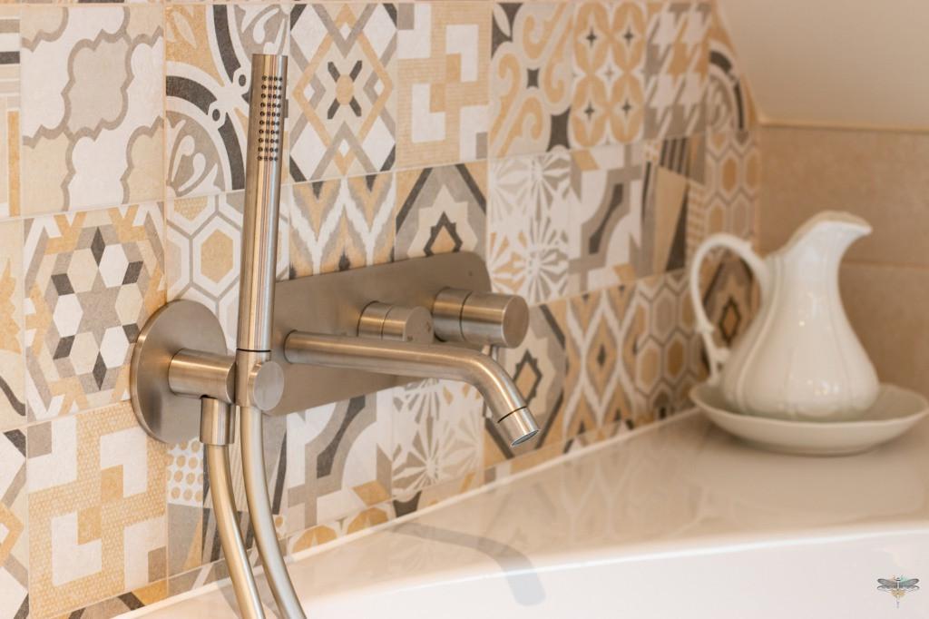 Agencement et décoration d'une salle de bains par Carnets Libellule. Coralie Vasseur est votre Décoratrice d'intérieur UFDI à Compiegne : Détail de la robinetterie en nick