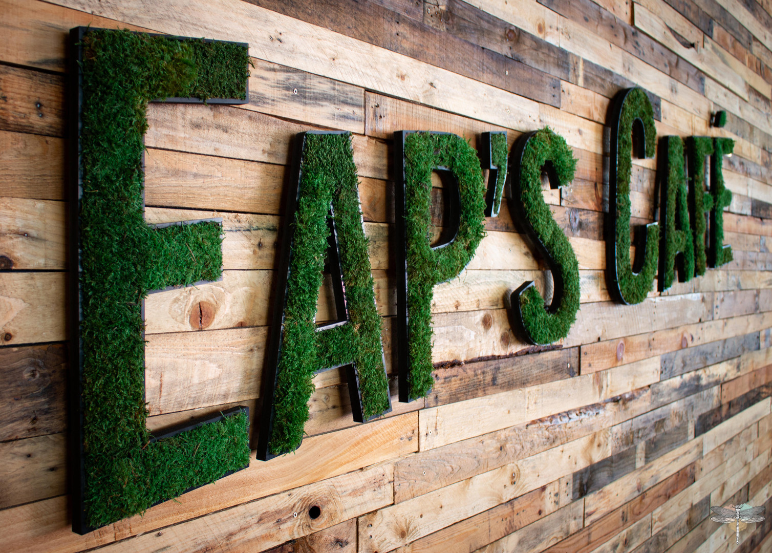 Agencement et décoration du restaurant industriel voyage EAP's CAFE par Carnets Libellule. Coralie Vasseur est votre Décoratrice d'intérieur UFDI à Compiegne : logo végétal stabilisé