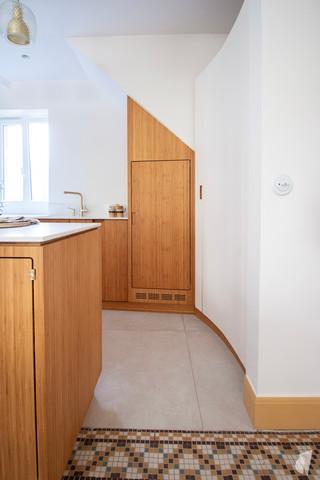 Création d'une cuisine au design sur-mesure à Annecy, par le Studio Coralie Vasseur. Coralie Vasseur est votre architecte d'intérieur et décoratrice UFDI à Annecy, Megève et en Haute Savoie : cuisine moderne en bambou et acier, esprit japandi