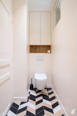 Rénovation et décoration d'une salle d'eau graphique à Annecy, par le Studio Coralie Vasseur. Coralie Vasseur est votre architecte d'intérieur et décoratrice UFDI à Annecy, Genève et en Haute Savoie : création d'un WC suspendu dans l'agrandissement de la pièce avec rangement intégré sur mesure