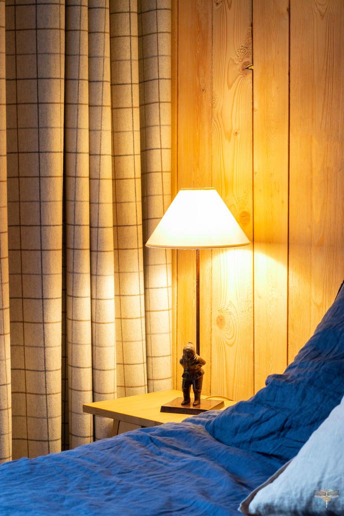 Décoration d'un chalet de montagne à Val d'Isère, par Carnets Libellule. Coralie Vasseur est votre architecte d'intérieur UFDI en Savoie et sur toute la France : lampe patineur et rideaux à carreaux en laine
