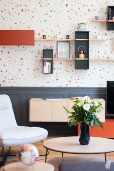 Rénovation et décoration d'une maison bourgeoise à Genève, par le Studio Coralie Vasseur. Coralie Vasseur est votre architecte d'intérieur et décoratrice UFDI à Annecy, Genève et en Haute Savoie : espace salon frais et cosy, ponctué de couleur terracotta