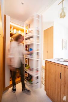 Création d'une cuisine au design sur-mesure à Annecy, par le Studio Coralie Vasseur. Coralie Vasseur est votre architecte d'intérieur et décoratrice UFDI à Annecy, Megève et en Haute Savoie : porte dissimulée dans la cuisine, qui cache le garde-manger