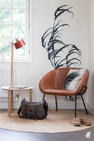 Aménagement et décoration des bureaux d'une startup à Senlis, par l'agence Coralie Vasseur. Coralie Vasseur est votre architecte d'intérieur et décoratrice UFDI à Annecy, Genève et en Haute Savoie : fauteuil en cuir, sticker vegetal et bout de canapé et lampe dizy design