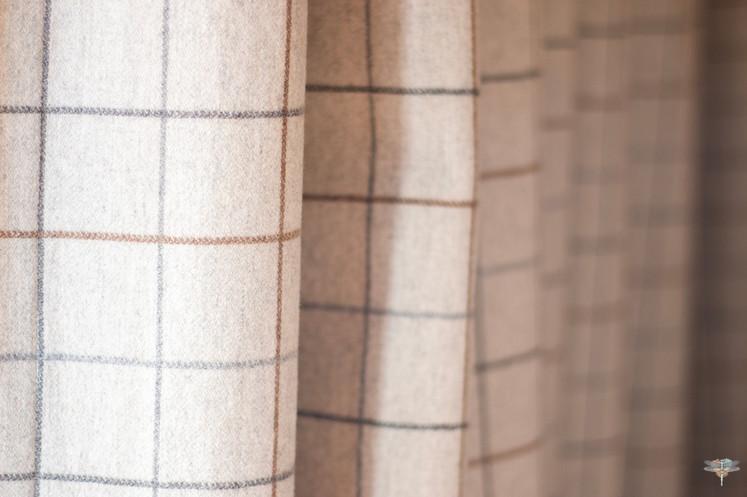 Décoration d'un chalet de montagne à Val d'Isère, par Carnets Libellule. Coralie Vasseur est votre architecte d'intérieur UFDI en Savoie et sur toute la France : zoom sur le tissu à carreaux en laine, collection Arpège Casamance