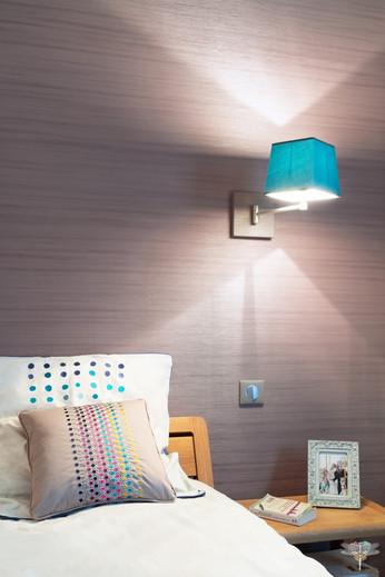 Décoration d'une chambre parentale chic à Paris par Carnets Libellule. Coralie Vasseur est votre Décoratrice d'intérieur UFDI à Compiegne : tête de lit papier peint et applique murale turquoise
