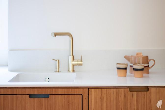 Création d'une cuisine au design sur-mesure à Annecy, par le Studio Coralie Vasseur. Coralie Vasseur est votre architecte d'intérieur et décoratrice UFDI à Annecy, Megève et en Haute Savoie : plan de travail en quartz et robinetterie en laiton