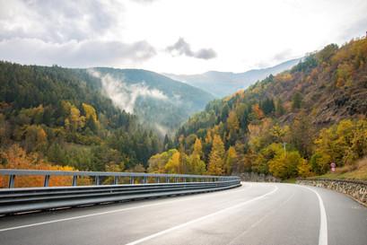 Belle route de montagne avec les couleurs d'automne