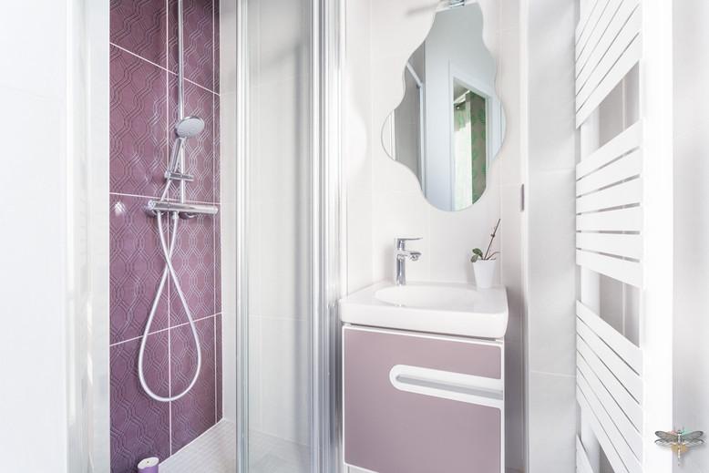 Décoration d'une chambre d'enfant pour une fille adolescente à Paris par Carnets Libellule. Coralie Vasseur est votre Décoratrice d'intérieur UFDI à Compiegne et Paris : meuble vasque féminin dans petite salle d'eau attenante et douche avec faïence prune
