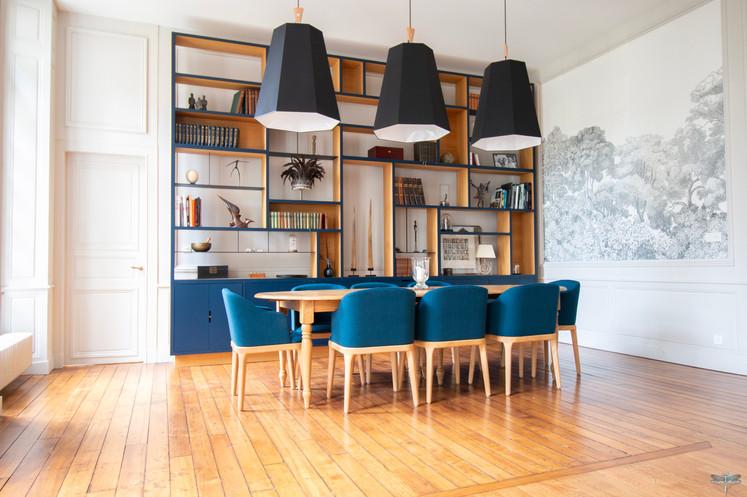 Aménagement et décoration d'une maison de maître à Annecy, par Carnets Libellule. Coralie Vasseur est votre architecte d'intérieur UFDI à Compiègne, Annecy et sur toute la France : vue d'ensemble du salon et sa bibliothèque sur mesure