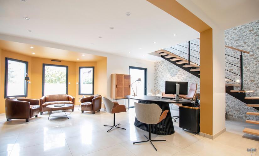 Décoration des bureaux d'une agence de construction de maisons à Compiègne, par Carnets Libellule. Coralie Vasseur est votre architecte d'intérieur UFDI à Compiègne, Annecy et sur toute la France : vue globale de l'accueil de l'agence