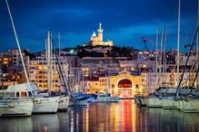 Vieux Port de Marseille by night avec vue sur la criée et sur la bonne mère