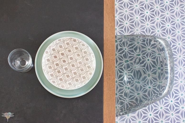 Agencement et décoration d'une cuisine moderne à Senlis dans l'Oise par Carnets Libellule. Coralie Vasseur est votre Décoratrice d'intérieur UFDI à Compiegne : détail graphique des carreaux de ciment et de l'art de la table
