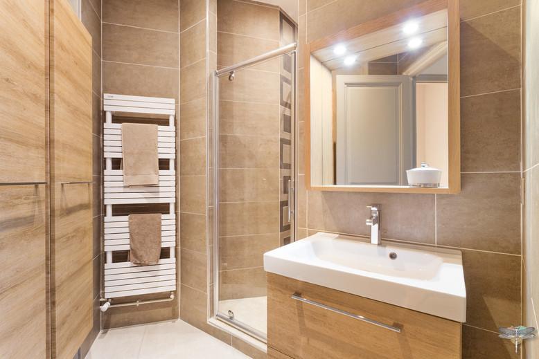 Rénovation et décoration d'une salle d'eau aux couleurs naturelles à Paris par Carnets Libellule. Coralie Vasseur est votre Décoratrice d'intérieur UFDI à Compiegne : vue d'ensemble de cette pièce d'eau atypique masculine