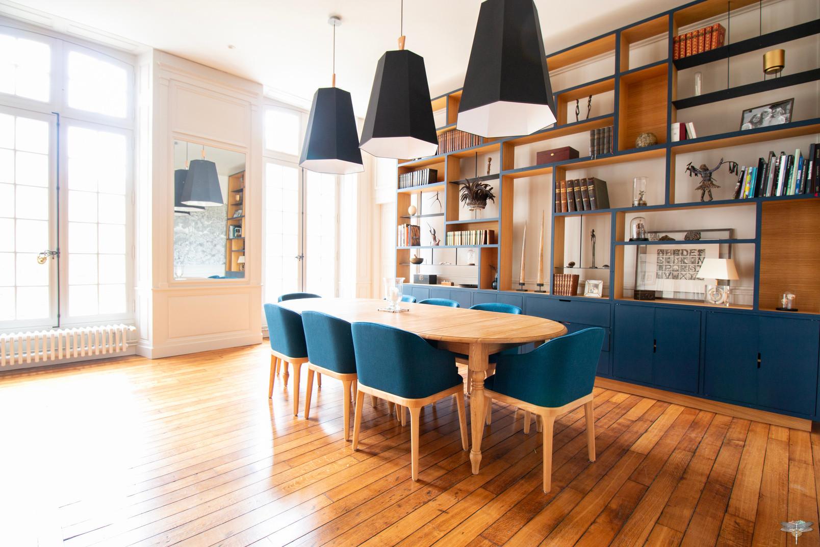 Aménagement et décoration d'une maison de maître à Annecy, par Carnets Libellule. Coralie Vasseur est votre architecte d'intérieur UFDI à Compiègne, Annecy et sur toute la France : salle à manger bleue avec suspensions xxl géométriques