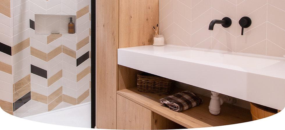 Salle d'eau graphique noir blanc et bois à Annecy