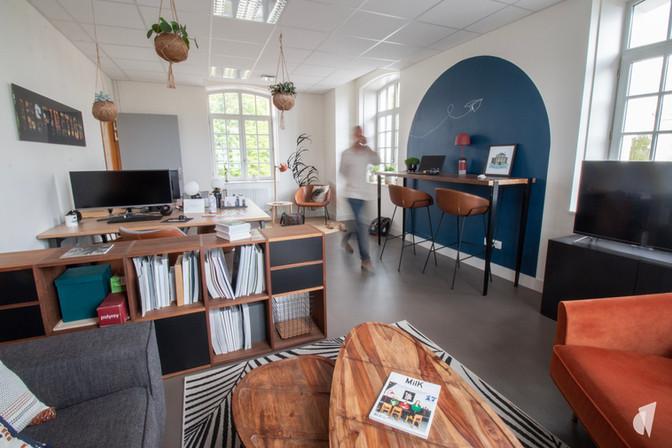 Aménagement et décoration des bureaux d'une startup à Senlis, par l'agence Coralie Vasseur. Coralie Vasseur est votre architecte d'intérieur et décoratrice UFDI à Annecy, Genève et en Haute Savoie : vue d'ensemble sur les bureaux en flex office de DecoWorkers, avec espace color zoning pour travailler assis debout