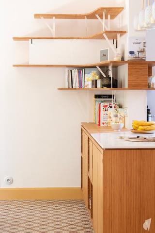 Création d'une cuisine au design sur-mesure à Annecy, par le Studio Coralie Vasseur. Coralie Vasseur est votre architecte d'intérieur et décoratrice UFDI à Annecy, Megève et en Haute Savoie : détail de la cuisine en bambou avec étagères suspendues