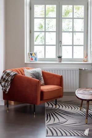 Aménagement et décoration des bureaux d'une startup à Senlis, par l'agence Coralie Vasseur. Coralie Vasseur est votre architecte d'intérieur et décoratrice UFDI à Annecy, Genève et en Haute Savoie : fauteuil orange cosy et vitrophanie