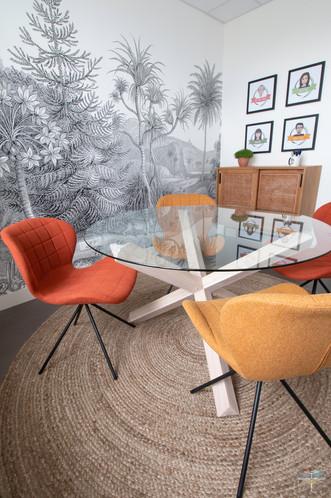 Aménagement et décoration d'un espace de bureaux professionnels à Senlis, pour DecoWorkers, par Carnets Libellule. Coralie Vasseur est votre architecte d'intérieur UFDI à Compiegne : salle de créativité et de brainstorming avec portraits d'équipe illustrés