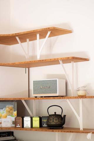 Création d'une cuisine au design sur-mesure à Annecy, par le Studio Coralie Vasseur. Coralie Vasseur est votre architecte d'intérieur et décoratrice UFDI à Annecy, Megève et en Haute Savoie : étagères suspendues déportées avec ombre portée et montants en acier sur mesure aux formes organiques