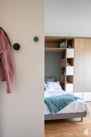 Rénovation et décoration d'une chambre d'ado à Annecy, par le Studio Coralie Vasseur. Coralie Vasseur est votre architecte d'intérieur et décoratrice UFDI à Annecy, Megève et en Haute Savoie : entrée de la chambre avec ses patères de couleur en bois