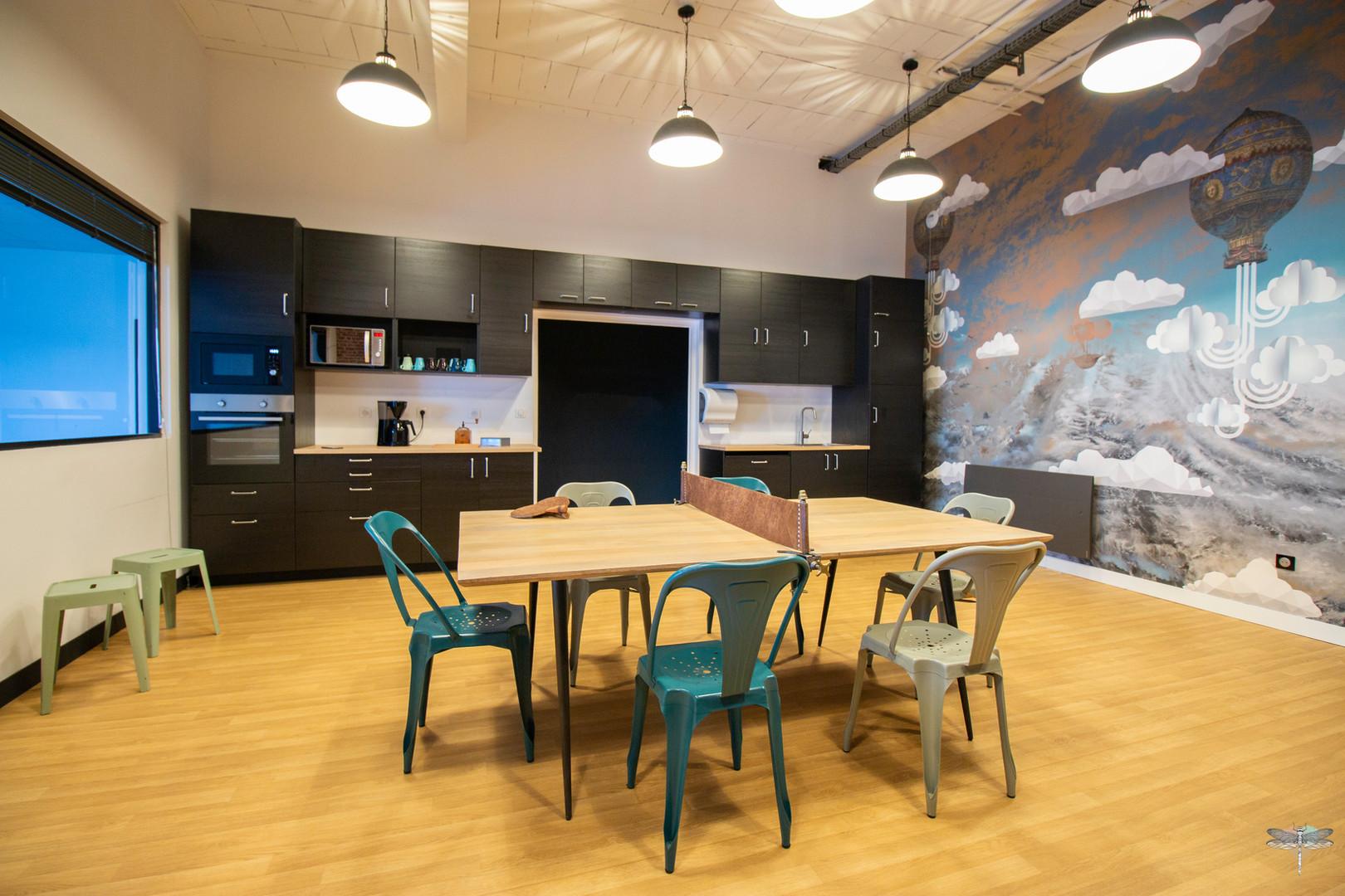 Aménagement et décoration d'un espace de bureaux professionnels à Senlis, pour DecoWorkers, par Carnets Libellule. Coralie Vasseur est votre architecte d'intérieur UFDI à Compiegne : vue d'ensemble de la salle de pause avec l'accès à la pièce par le centre de la cuisine