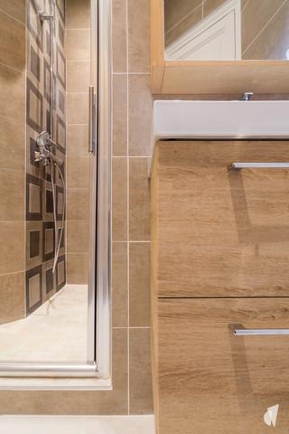 Aménagement et décoration d'une salle d'eau atypique dans un appartement à Annecy, par le Studio Coralie Vasseur. Coralie Vasseur est votre architecte d'intérieur et décoratrice UFDI à Annecy, Genève et en Haute Savoie : zoom sur le meuble vasque et la douche aux motifs géométriques