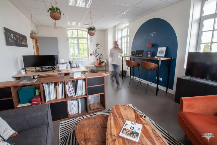 Aménagement et décoration d'un espace de bureaux professionnels à Senlis, pour DecoWorkers, par Carnets Libellule. Coralie Vasseur est votre architecte d'intérieur UFDI à Compiegne : vue d'ensemble sur le workspace de la startup avec color zoning en forme d'arche