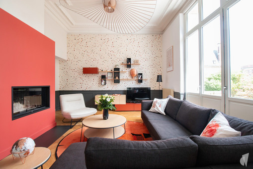 Rénovation et décoration d'une maison bourgeoise à Genève, par le Studio Coralie Vasseur. Coralie Vasseur est votre architecte d'intérieur et décoratrice UFDI à Annecy, Genève et en Haute Savoie : vue d'ensemble sur le salon ultra cosy et sa belle Vertigo