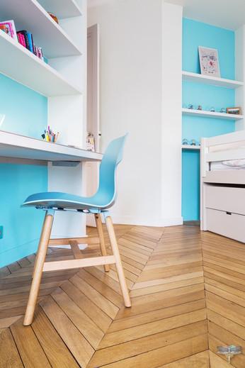 Décoration d'une chambre d'enfant pour une fille adolescente à Paris par Carnets Libellule. Coralie Vasseur est votre Décoratrice d'intérieur UFDI à Compiegne et Paris : chaise de bureau bleue et parquet en point de Hongrie