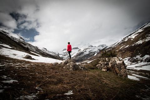 Seule au monde, paysage mystique de montagne enneigée à la fin de l'hiver