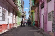 Rue aux façades colorées dans la Havane