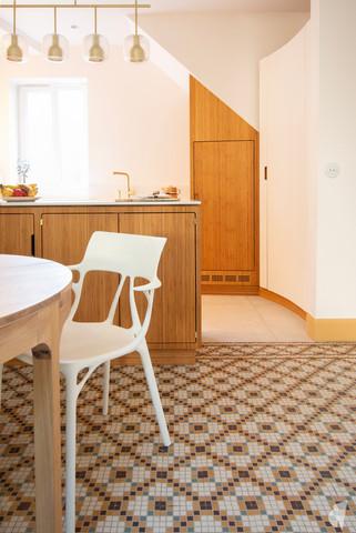 Création d'une cuisine au design sur-mesure à Annecy, par le Studio Coralie Vasseur. Coralie Vasseur est votre architecte d'intérieur et décoratrice UFDI à Annecy, Megève et en Haute Savoie : mosaïque d'époque et chaise design Starck pour cette cuisine sur-mesure