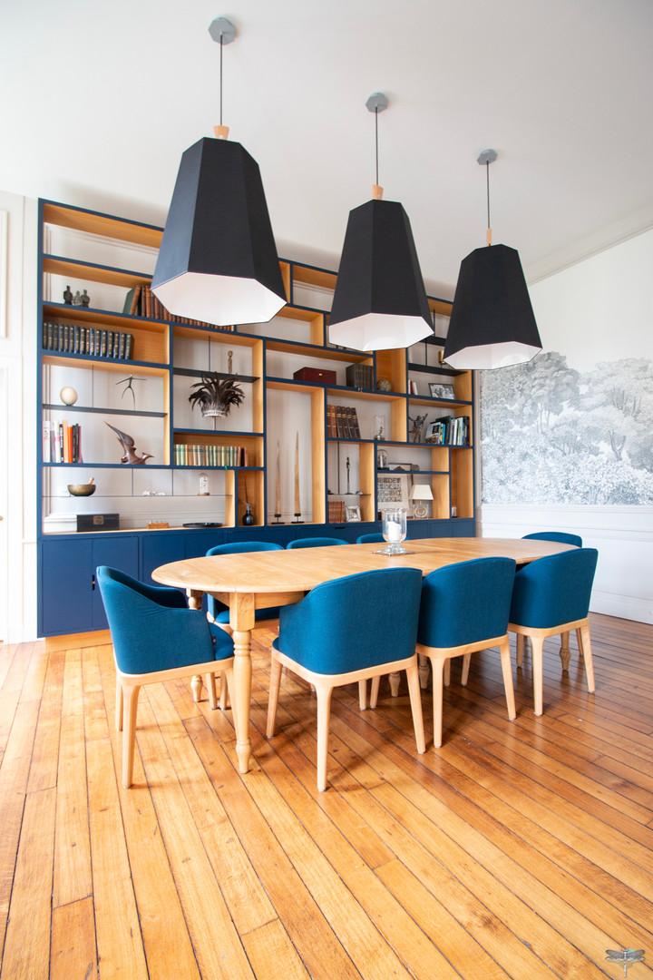 Aménagement et décoration d'une maison de maître à Annecy, par Carnets Libellule. Coralie Vasseur est votre architecte d'intérieur UFDI à Compiègne, Annecy et sur toute la France : salle à manger majestueuse avec bibliothèque sur-mesure en chêne et acier