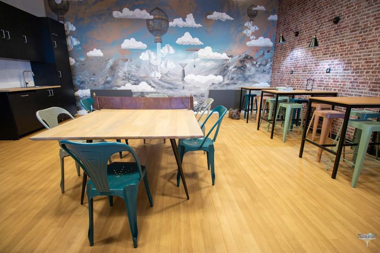 Aménagement et décoration d'un espace de bureaux professionnels à Senlis, pour DecoWorkers, par Carnets Libellule. Coralie Vasseur est votre architecte d'intérieur UFDI à Compiegne : mix de tables hautes et une table ping pong pour un déjeuner en hauteur