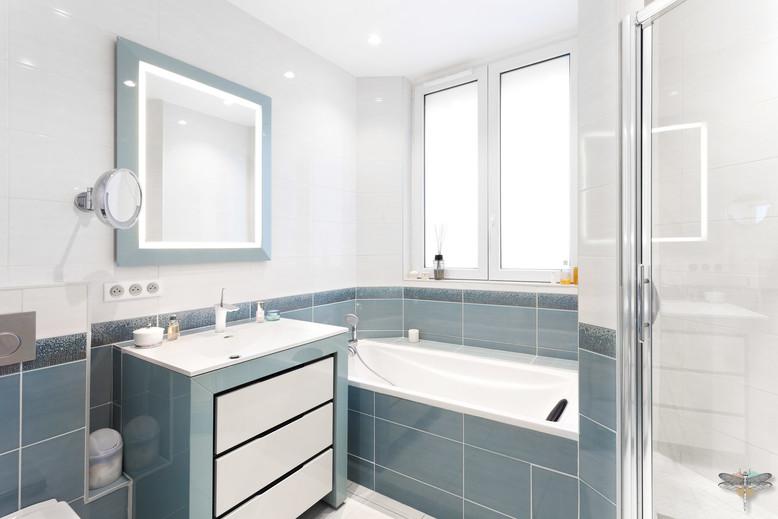 Rénovation et décoration d'une salle de bains parentale lumineuse à Paris par Carnets Libellule. Coralie Vasseur est votre Décoratrice d'intérieur UFDI à Compiegne : vue d'ensemble avec meuble vasque, baignoire et douche