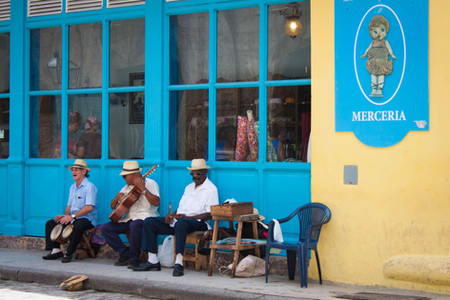 Musiciens Cubains devant une façade colorée