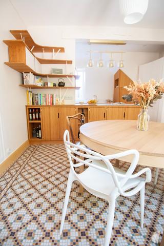 Création d'une cuisine au design sur-mesure à Annecy, par le Studio Coralie Vasseur. Coralie Vasseur est votre architecte d'intérieur et décoratrice UFDI à Annecy, Megève et en Haute Savoie : salle à manger et cuisine avec sol en mosaïque et chaises design
