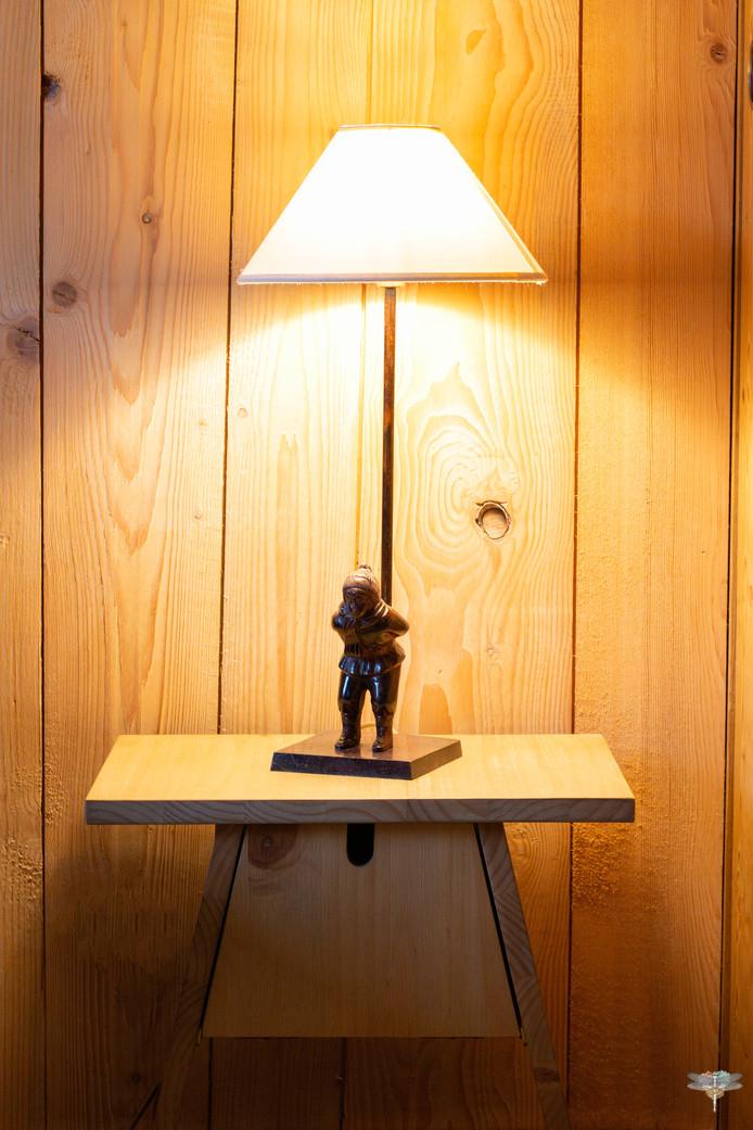 Décoration d'un chalet de montagne à Val d'Isère, par Carnets Libellule. Coralie Vasseur est votre architecte d'intérieur UFDI en Savoie et sur toute la France : Détail sur la lampe patineur et le chevet en bois massif