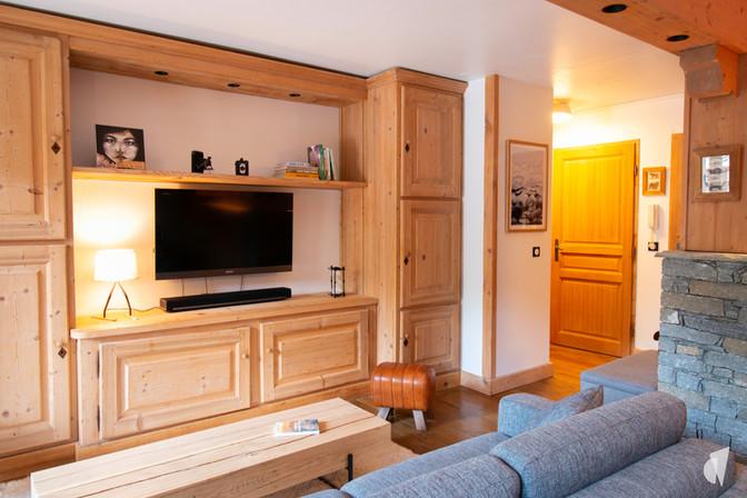 Aménagement et décoration d'une agence de construction de maisons à Compiègne, par l'agence Coralie Vasseur. Coralie Vasseur est votre architecte d'intérieur et décoratrice UFDI à Annecy, Genève et en Haute Savoie : agencement sur mesure en bois massif pour le salon
