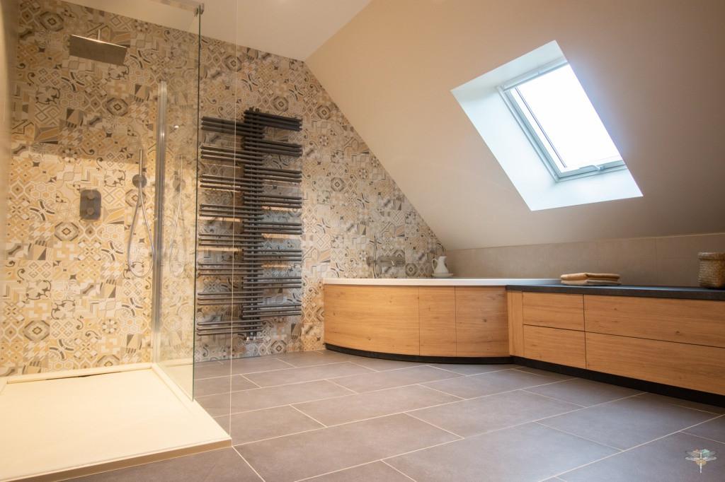 Agencement et décoration d'une salle de bains par Carnets Libellule. Coralie Vasseur est votre Décoratrice d'intérieur UFDI à Compiegne : vue d'ensemble d'une grande salle de bains sur-mesure avec douche, baignoire et plan vasque