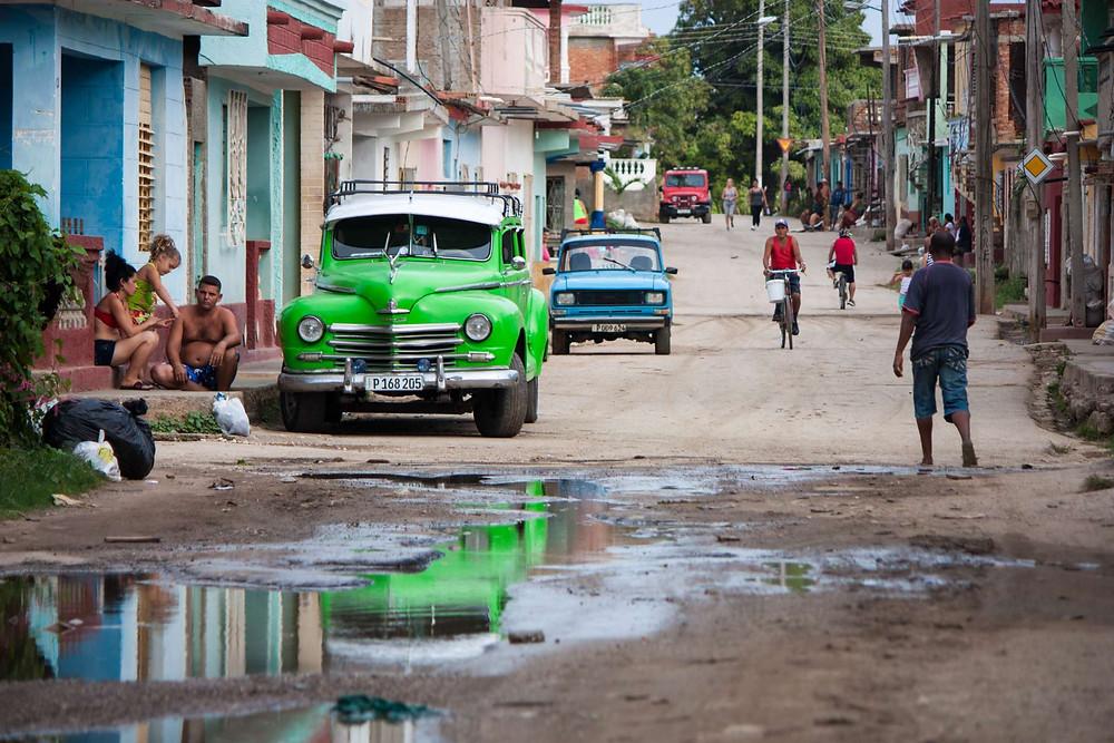 Instant de vie capturée dans les rues colorées de Trinidad