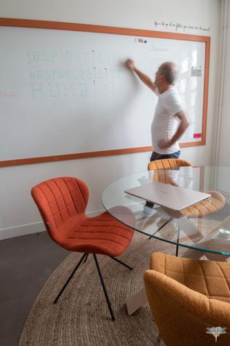 Aménagement et décoration d'un espace de bureaux professionnels à Senlis, pour DecoWorkers, par Carnets Libellule. Coralie Vasseur est votre architecte d'intérieur UFDI à Compiegne : salle de créativité avec son grand revêtement mural façon tableau blanc veleda