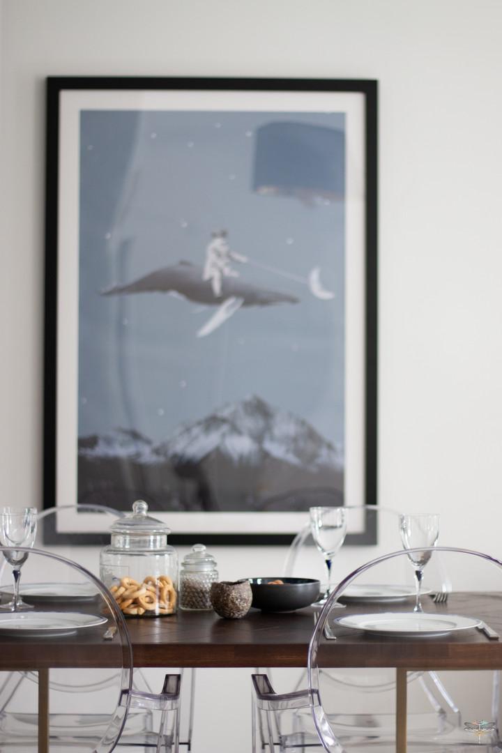 Décoration d'une pièce de vie chic et poétique à Compiègne par Carnets Libellule. Coralie Vasseur est votre Décoratrice d'intérieur UFDI dans l'Oise : détail sur la table à dîner et le grand tableau poétique