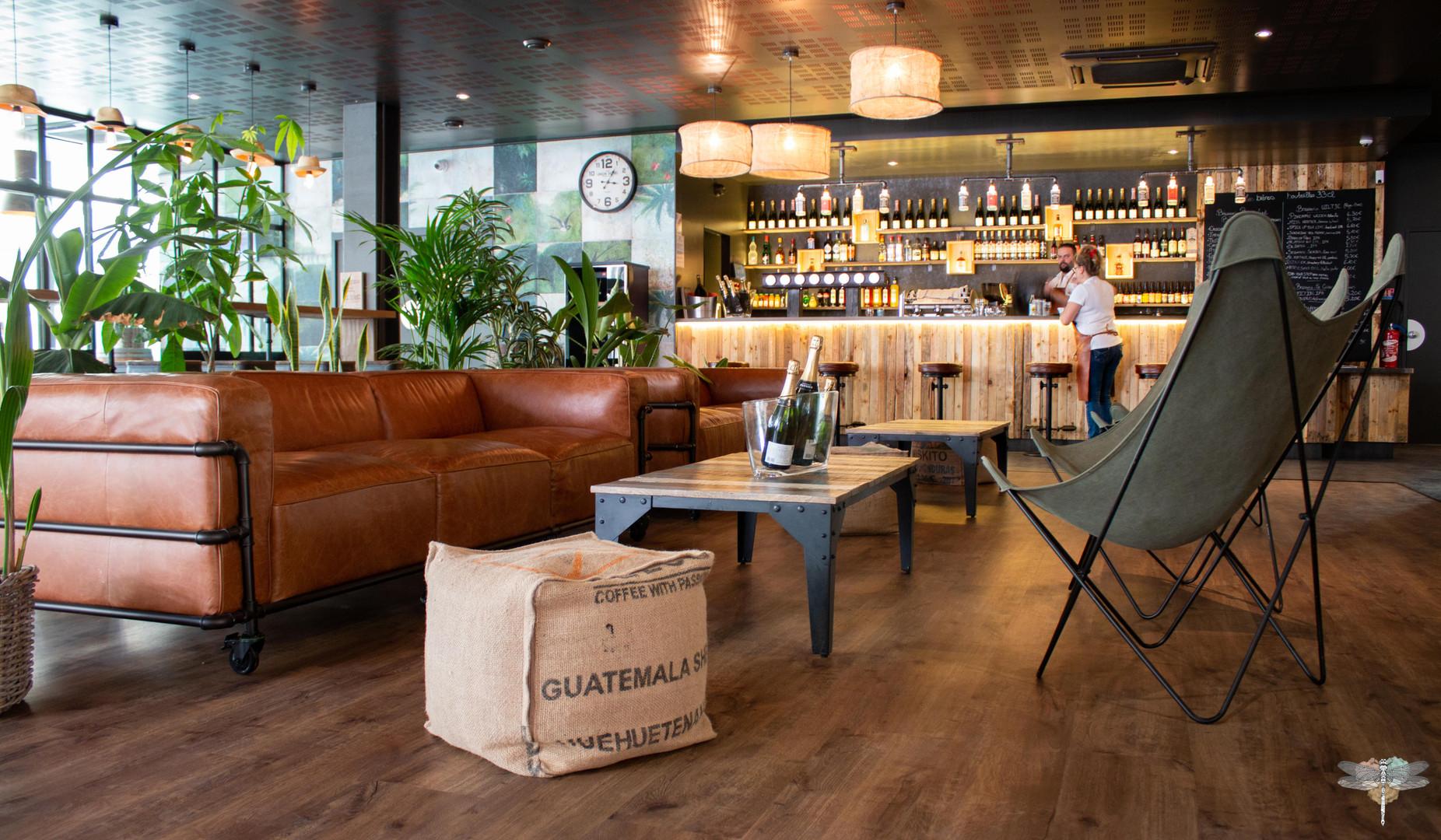 Agencement et décoration du restaurant EAP's CAFE par Carnets Libellule. Coralie Vasseur est votre Décoratrice d'intérieur UFDI à Compiegne : vue d'ensemble de l'espace lounge et bar
