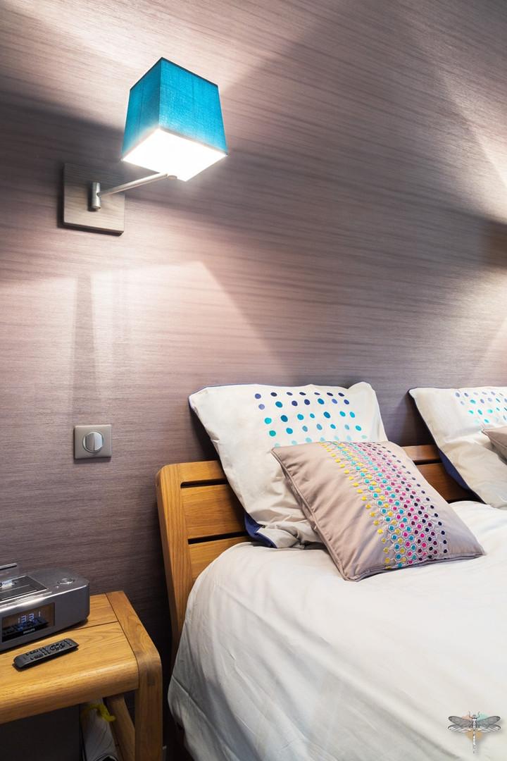 Décoration d'une chambre parentale chic à Paris par Carnets Libellule. Coralie Vasseur est votre Décoratrice d'intérieur UFDI à Compiegne : tête de lit et coussins confectionnés dans le même tissu que les rideaux