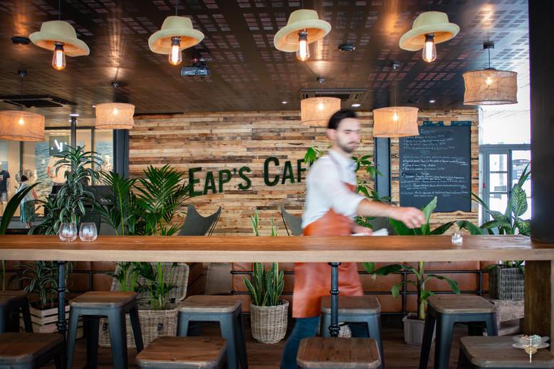 Agencement et décoration du restaurant industriel voyage EAP's CAFE par Carnets Libellule. Coralie Vasseur est votre Décoratrice d'intérieur UFDI à Compiegne : table haute avec grand plateau en bois sur mesure